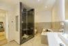 Bezugsfertig und renoviert: 3,5-Zimmerwohnung mit zwei Balkonen in Münchens Top-Lage - Bad