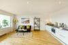 Bezugsfertig und renoviert: 3,5-Zimmerwohnung mit zwei Balkonen in Münchens Top-Lage - Wohnbereich und Küche