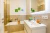Zum Verlieben! Renovierte 4-Zimmer Altbauwohnung mit Balkon im Glockenbachviertel - Bad mit Wanne und Dusche und separate Toilette