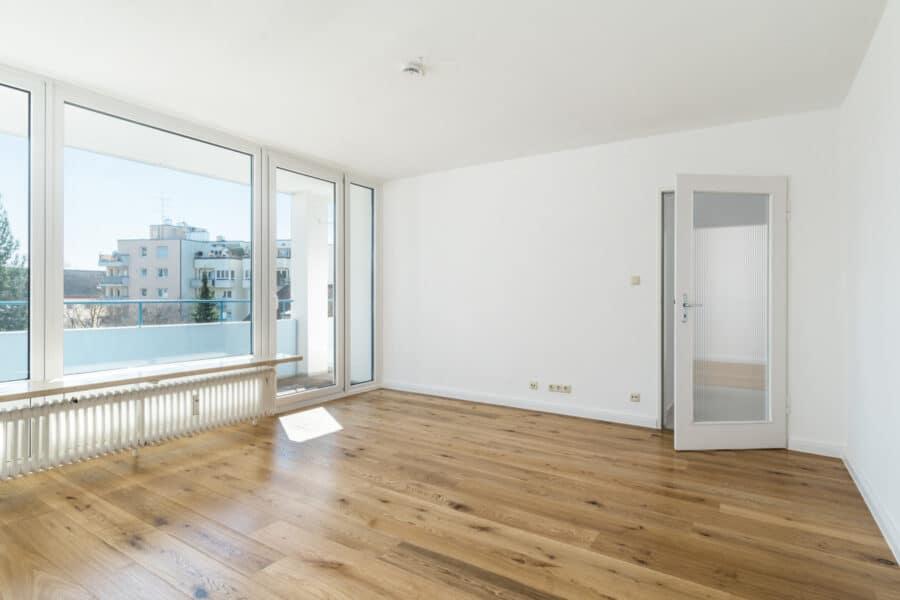 Sonnige und renovierte 3-Zimmer Wohnung mit Süd-Balkon und sehr guter Anbindung, 80809 München, Etagenwohnung